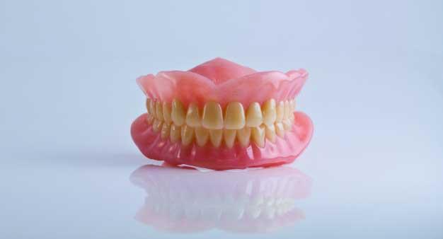 como cuidar la dentadura postiza