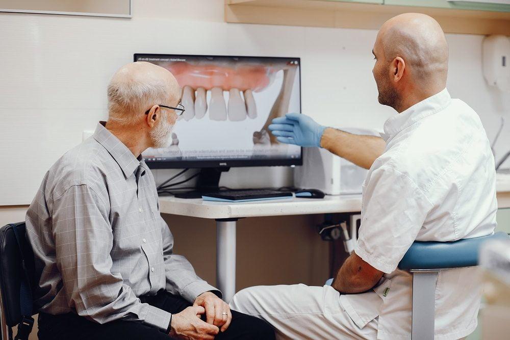 Colocar implantes dentales con periodontitis.